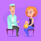 Na recepção no pediatra O doutor escuta a criança de respiração do statoscope que se senta dentro em seu regaço da mãe s e Foto de Stock