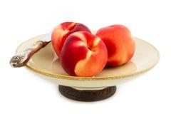 Na rocznika talerzu świeże brzoskwinie Obraz Stock