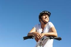 Na rower przejażdżce dysponowana i zdrowa kobieta Fotografia Royalty Free