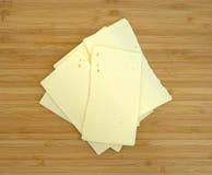 Na rozcięcie desce cheddaru ostry ser zdjęcie stock