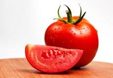 Na rozcięcie desce czerwoni pomidory   Zdjęcia Royalty Free