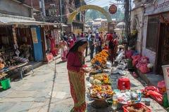 Na rua conduzir à mulher do templo de Pashupatinath escolhe foto de stock royalty free