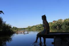 Na rzece dziewczyna obraz stock