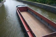 Na rzecznym Meuse ładunek pusta łódź Zdjęcia Stock
