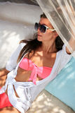 Na słońca lounger młodej kobiety piękny lying on the beach Zdjęcia Royalty Free