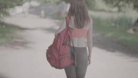 Na słonecznym dniu piękna młoda turystyczna dziewczyna, zbiory