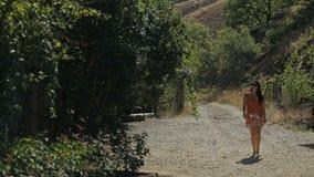 Na słonecznym dniu, portret piękna młoda turystyczna dziewczyna, mody kobieta, chodzi przez lasu tło zbiory