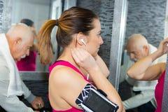 Na sala de lavagem dos gyms fotografia de stock royalty free