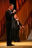 Na scenie starszy piosenkarz w surowym mężczyzna kostiumu z łęku krawatem - piosenkarza Edward wzgórze (Mr Trololo) Fotografia Royalty Free