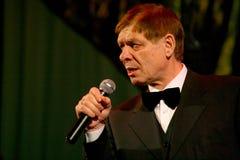 Na scenie starszy piosenkarz w surowym mężczyzna kostiumu z łęku krawatem - piosenkarza Edward wzgórze (Mr Trololo) Obrazy Stock
