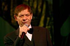 Na scenie starszy piosenkarz w surowym mężczyzna kostiumu z łęku krawatem - piosenkarza Edward wzgórze (Mr Trololo) zdjęcie stock