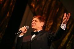 Na scenie starszy piosenkarz w surowym mężczyzna kostiumu z łęku krawatem - piosenkarza Edward wzgórze (Mr Trololo) Zdjęcia Stock