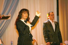 Na sceny jaskrawy modny pięknym, brunetka, piosenkarz, aktorka, kompozytor Olga Favorskaja fotografia stock