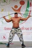 Na sceny przedstawieniu siła podbija metalu Rosyjskiego rycerza, bohater, siłacz, bodybuilder Sergey Sebald Obrazy Stock