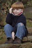 Na schodkach chłopiec młody obsiadanie Zdjęcie Stock