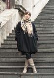 Na schodkach mody piękna dziewczyna zdjęcie stock