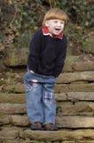 Na schodkach roześmiana chłopiec Obrazy Royalty Free