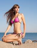 Na seashore atrakcyjna młoda kobieta Fotografia Stock