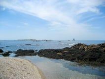 Na Skalistym brzeg Przyglądającym przy latarnią morską Out Zdjęcie Royalty Free