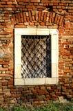 Na starym ściana z cegieł jest tajemniczy okno Obrazy Stock