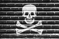 Na starym ściana z cegieł pirat flaga Fotografia Royalty Free