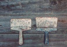 Na starym, drewniany, krakingowy pracująca powierzchnia w studiu jest dwa rocznikiem mażącym z mort, używa, ośniedziały, ciemni,  Fotografia Stock