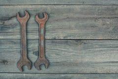 Na starym, drewniany, krakingowy pracująca powierzchnia w warsztatowym kłama w lewym kącie dwa rocznik ciemniący, używa, ośniedzi Fotografia Royalty Free