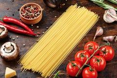 Na stołowych surowych warzywach i spaghetti zdjęcia stock