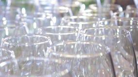 Na stole na bankiecie świecą krystalicznie czyste szklane kule zdjęcie wideo