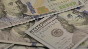 Na stole dolarowe notatki pojawiać się Zakończenie dolar przy stołem Ogromna liczba dolary na stole zbiory wideo