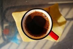 Na stole filiżanka kawy fotografia stock