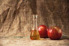 Na stole jabłczany brandy obraz stock