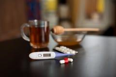 Na stole jesteśmy herbaciani, termometry, pastylki i miody, Zdjęcie Stock