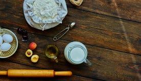 Na stole kłaść brown składniki dla kulinarnego ciasta obrazy royalty free