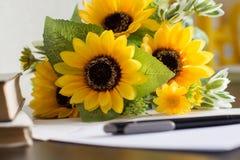 Na stole prześcieradło papier, pióro i kwiaty, Obraz Stock