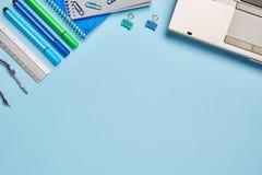 Na stole są notatniki, ołówki, pióra, władca, komputer i inny, materiał fotografia royalty free