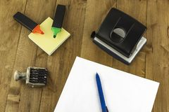 Na stole są różnorodne biurowe dostawy Fotografia Royalty Free