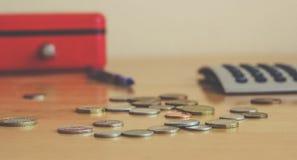 Na stole są monety i kalkulator Zdjęcie Royalty Free