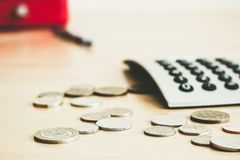 Na stole są monety i kalkulator Zdjęcia Stock