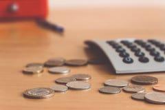 Na stole są monety i kalkulator Obraz Stock