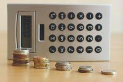 Na stole są monety i kalkulator Fotografia Stock