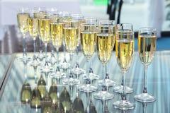 Na stole szampańscy szkła Zdjęcie Stock