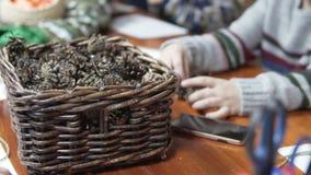Na stole tam jest kosz z rożkami zbiory