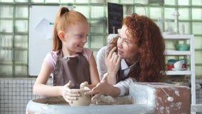 Na stropnica okręgu nauczyciel pomaga ucznia robić miotaczowi glina zbiory wideo