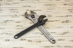 Na superfície de madeira são duas chaves sondando Fotografia de Stock