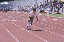 Na szczudłach Olimpiady Specjalnej atleta Zdjęcia Stock