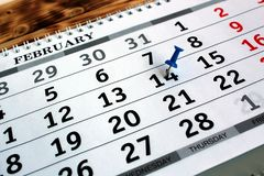 Na tabela é uma folha do calendário com a data marcada imagem de stock