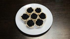 Na tabela é uma placa dos canapes do caviar preto vídeos de arquivo