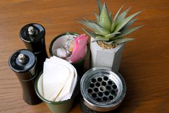 Na tabela no café Pimenta, sal, açúcar, guardanapo, cinzeiro, flor fotos de stock
