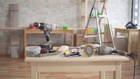 Na tabela são as ferramentas de um carpinteiro vídeos de arquivo